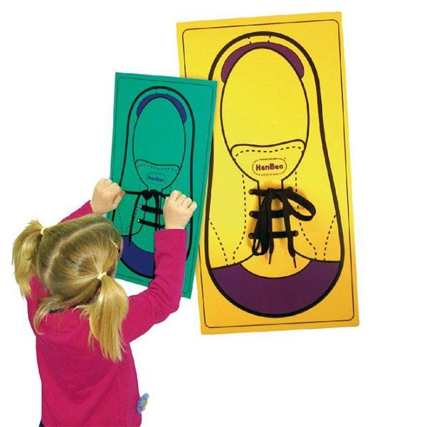 IAJDHE843-atame-zapato gigante